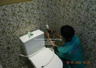 cuci-kamar-mandi-di-lippo-06