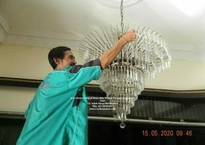 cuci-lampu-kristal-di-kayu-mas-06
