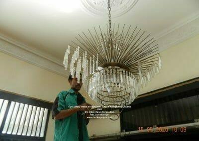 cuci-lampu-kristal-di-kayu-mas-07