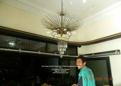 cuci-lampu-kristal-di-kayu-mas-14