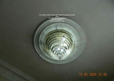 cuci-lampu-kristal-di-kayu-mas-16