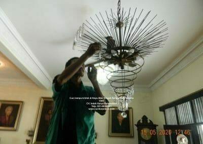 cuci-lampu-kristal-di-kayu-mas-18