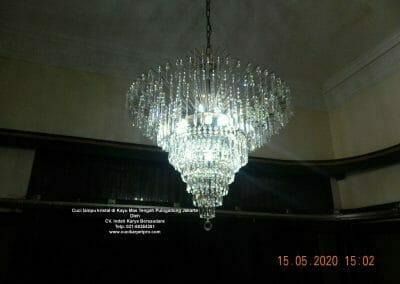 cuci-lampu-kristal-di-kayu-mas-25