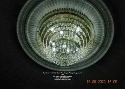 cuci-lampu-kristal-di-kayu-mas-33