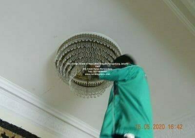 cuci-lampu-kristal-di-kayu-mas-35