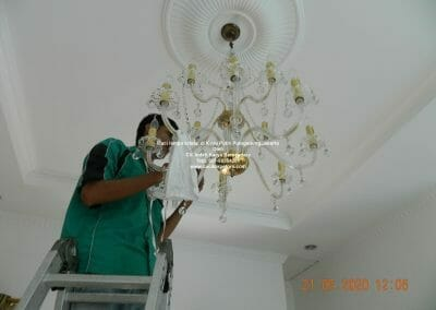 cuci-lampu-kristal-di-kayu-putih-07