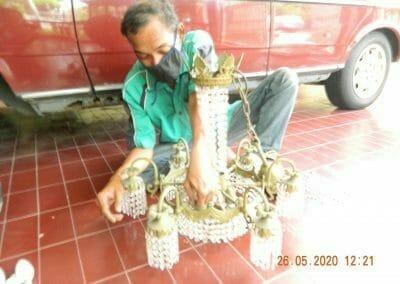 cuci-lampu-kristal-di-kelapa-cengkir-01