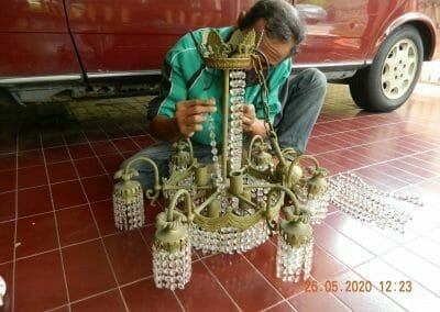 cuci-lampu-kristal-di-kelapa-cengkir-02