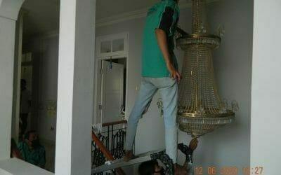 Cuci lampu kristal di Pesona Madrid Kota Wisata Cibubur