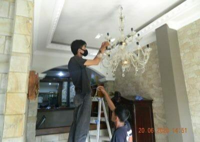 cuci-lampu-kristal-di-taman-02