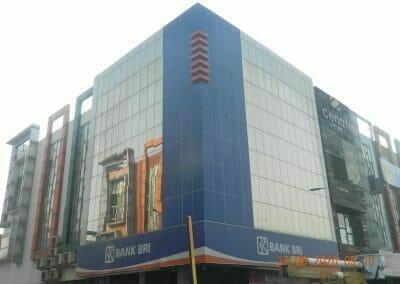 pembersih-kaca-gedung-bank-bri-02