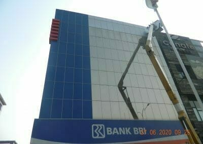 pembersih-kaca-gedung-bank-bri-07