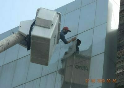 pembersih-kaca-gedung-bank-bri-17