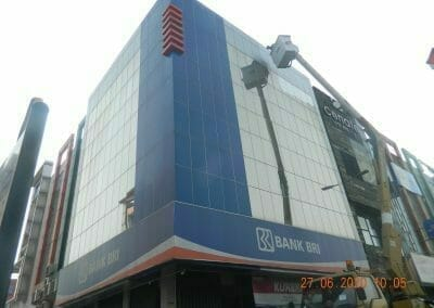 pembersih-kaca-gedung-bank-bri-19