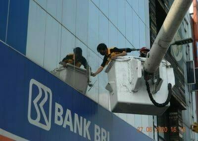 pembersih-kaca-gedung-bank-bri-44