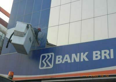 pembersih-kaca-gedung-bank-bri-58