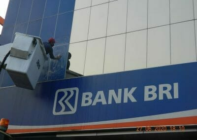pembersih-kaca-gedung-bank-bri-59