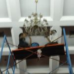 cuci lampu kristal hari kedua andrawina ballroom