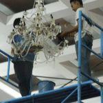 cuci lampu kristal hari kelima andrawina ballroom
